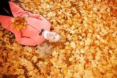 Jesieni kobieta na tło spadku krajobrazu liściach drzewa model Fotografia Stock