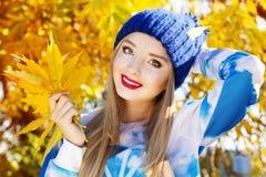Jesieni kobieta szczęśliwa z kolorowymi spadków liśćmi Zdjęcie Royalty Free