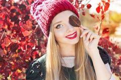 Jesieni kobieta szczęśliwa z kolorowymi spadków liśćmi Fotografia Stock