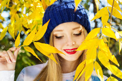 Jesieni kobieta szczęśliwa z kolorowymi spadków liśćmi Obrazy Stock