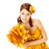 Jesieni kobieta w kolor żółty sukni liście klonowi Obrazy Stock