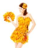 Jesieni kobieta w mody sukni liście klonowi nad bielem Zdjęcie Royalty Free