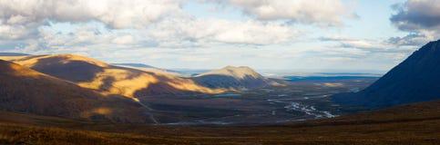Jesieni lata sezonów halnych lasowych rzecznych chmur krajobrazowi sztandary tęsk panoramy dzika natura Zdjęcia Royalty Free