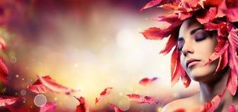 Jesieni Makeup Z Czerwonymi liśćmi zdjęcie royalty free