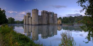 Jesieni mglisty wsch?d s?o?ca na Bodiam kasztelu, East Sussex, UK fotografia stock