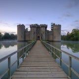 Jesieni mglisty wsch?d s?o?ca na Bodiam kasztelu, East Sussex, UK fotografia royalty free