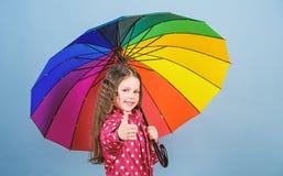 Jesieni moda Ma?a dziewczyna w deszczowu Podeszczowa ochrona t?cza rozochocony modnisia dziecko w pozytywnym nastroju Szcz??liwy  zdjęcie royalty free