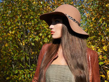 Jesieni modna Piękna kobieta w kapeluszu obraz royalty free