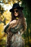 Jesieni mody kobieta plenerowa Obrazy Royalty Free