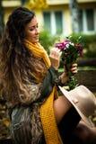Jesieni mody kobieta plenerowa Zdjęcia Royalty Free