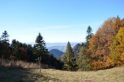 Jesieni nakreślenia gdy wspinający się w górach fotografia royalty free