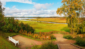 Jesieni natura - jesieni rzeki i jesieni drzewa w chmurnej pogodzie krajobraz Zdjęcia Stock