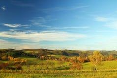 Jesieni natura z niebieskim niebem fotografia stock