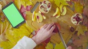 Jesieni naturemorte Szef kuchni ciie brzoskwinię zbiory wideo