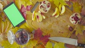 Jesieni naturemorte Szefa kuchni kładzenia śliwki w słoju zdjęcie wideo