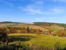 Jesieni natury wzgórza, typowa czeska wieś w środkowym Bohemia zdjęcia royalty free