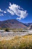 Jesieni obłoczne i Nakrywać góry zdjęcia stock