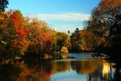 Jesieni odbicia w jeziorze przy central park, Nowy Jork Obraz Stock