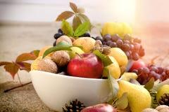 Jesieni organicznie owoc w pucharze - zdrowy sezonowy jedzenie obraz royalty free