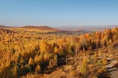 Jesieni panorama las i wioska w odległości fotografia stock