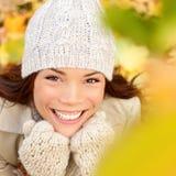 Jesieni pojęcie - spadek kobieta szczęśliwa Fotografia Stock