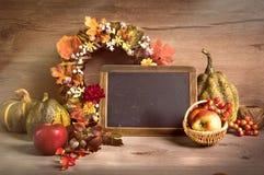 Jesieni przygotowania z wiankiem i chalkboard, tekst przestrzeń Zdjęcie Royalty Free