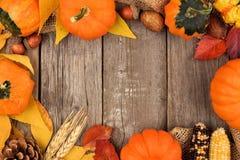 Jesieni rama nad nieociosanym drewnem Zdjęcia Royalty Free