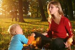 jesienią rodziny Obrazy Royalty Free