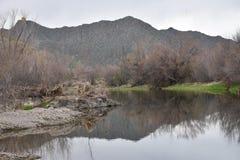 Jesieni rzeki krajobraz z górą Fotografia Stock