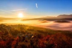 jesieni sceneria w górę wcześnie z mgłą w Zagorochoria, Epirus Grecja Obrazy Stock
