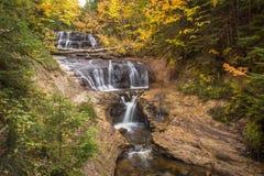 Jesieni siklawa W Opisanych skałach Zdjęcia Royalty Free