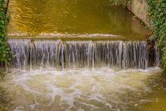 Jesieni siklawa z bluszczem i rzeka Obrazy Stock