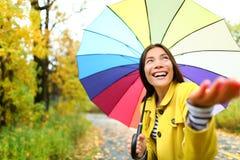 Jesieni, spadku kobieta szczęśliwa w deszczu z parasolem/ Obrazy Royalty Free
