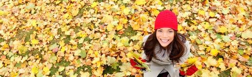 Jesieni, spadku sztandaru tła tekstury kobieta/ Fotografia Royalty Free