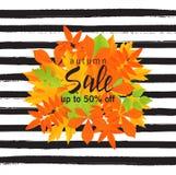 Jesieni sprzedaży plakat z spadkiem opuszcza na pasiastym tle Wektorowa ilustracja dla strony internetowej i wiszącej ozdoby stro Obraz Stock