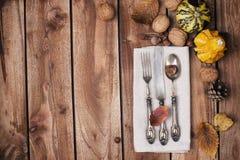 Jesieni stołowy położenie, wystrój liście i bania, Świąteczny gość restauracji w rocznika stylu Wioski tło i bezpłatna przestrzeń fotografia stock