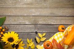 Jesieni tło na drewnie fotografia royalty free