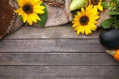 Jesieni tło na drewnie fotografia stock