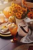 Jesieni tradycyjny sezonowy stołowy ustawiać w domu z baniami, świeczkami i kwiatami, zdjęcia royalty free