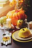 Jesieni tradycyjny stołowy położenie dla dziękczynienia lub Halloween zdjęcia royalty free