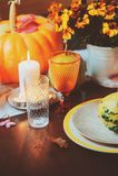 Jesieni tradycyjny stołowy położenie dla dziękczynienia lub Halloween fotografia royalty free