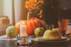 Jesieni tradycyjny stołowy położenie dla dziękczynienia lub Halloween obrazy royalty free