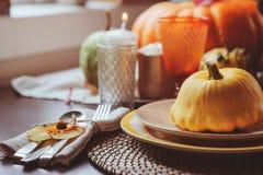 Jesieni tradycyjny stołowy położenie dla dziękczynienia lub Halloween fotografia stock