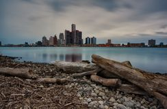 Jesieni ujawnienia Długi krajobraz Windsor, Ontario i Detroit, Michigan nadbrzeża rzeki jak widzieć od banka obrazy royalty free