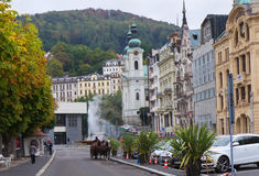 Jesieni ulica w Karlovy Zmienia, republika czech Obrazy Royalty Free