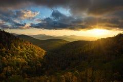 Jesieni ulistnienie, Błękitny grani Parkway, Pólnocna Karolina obraz stock