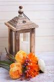 Jesieni wciąż życia fotografia z kwiatami w koloru żółtego candl i kolorach Obraz Royalty Free