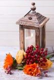 Jesieni wciąż życia fotografia z kwiatami w koloru żółtego candl i kolorach Fotografia Stock