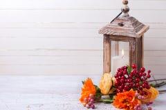 Jesieni wciąż życia fotografia z kwiatami w koloru żółtego candl i kolorach Zdjęcia Stock