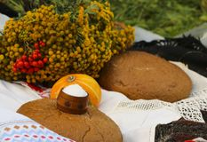 Jesieni wciąż życie - bochenek, bania, halny popiół, tansy, pszeniczni ucho, sól, na białym tablecloth z koronką Zdjęcia Royalty Free